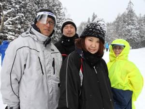 左から小本監督、小林知行コーチ、岩城マネージャー、OG鞘本先輩