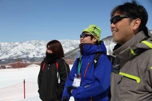 ジャンプ競技を説明 左からマネージャー岩城、コーチ小林祐樹、OB真目