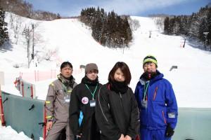 左からOB真目、平山コーチ、マネージャー岩城、小林祐樹コーチ