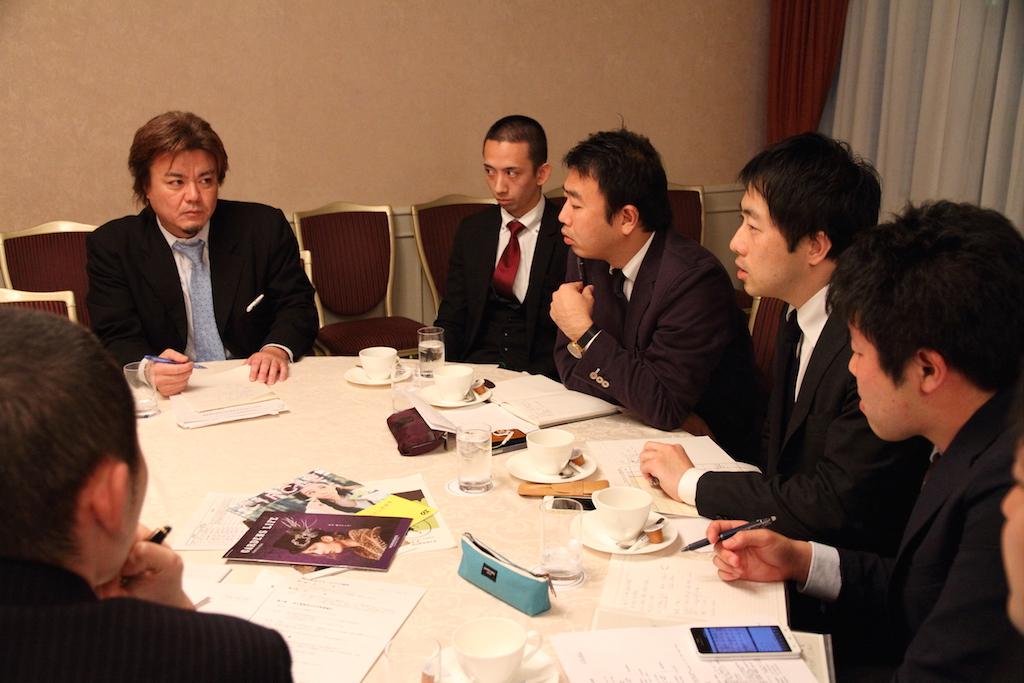 向山武夫実行委員長(奥左)と90周年記念事業実行委員会