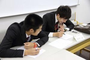 クラブ別討論会も行われ、主将・岡村(右)と副将・植田(左)がスキー競技部の目標や活動方針について話し合う。