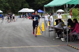 フィニッシュする関西大学4走・岡村卓実選手(1)