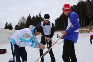 スタート前、グリップワックスをバーナーで焼き付ける。左からOB和田さん、岡村、植田。