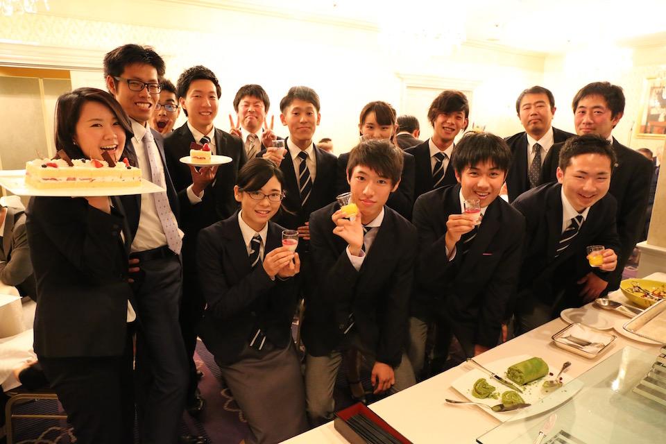 社会人1年目の岩城有美と植田雄貴(左端2人)が新人OB・OG として初参加。にぎわってます!