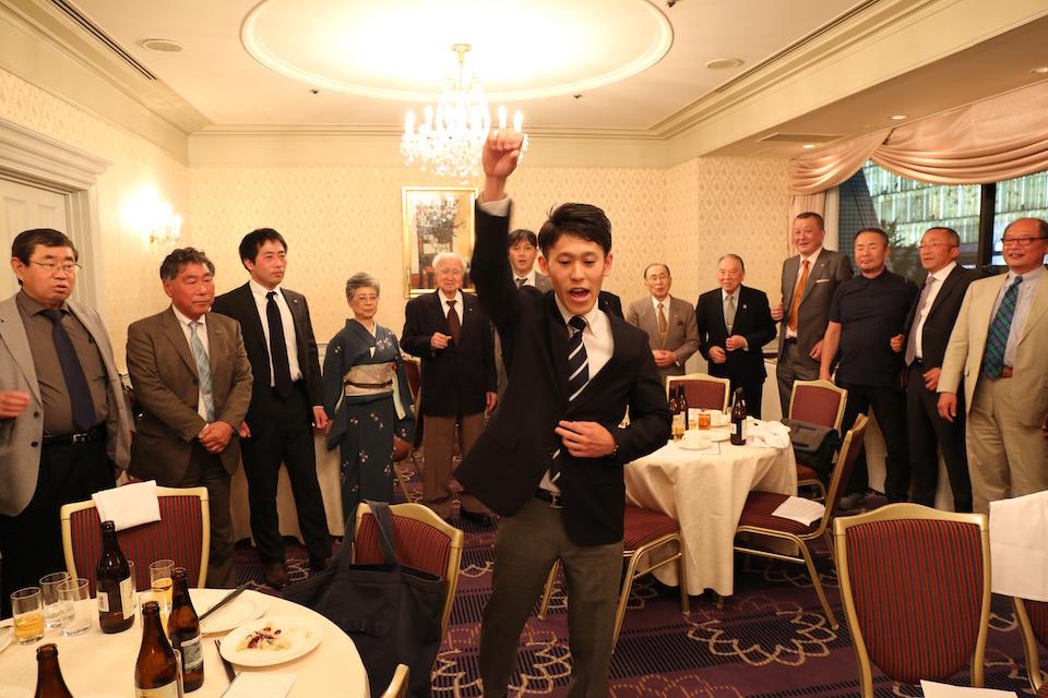佐藤主将のリードで逍遥歌を部員、OB・OG が輪になって合唱する。