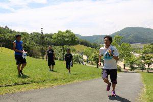 声援を受け急勾配を駆け登る4走の市川健太(1)。4走は2.6kmコースを3周する。