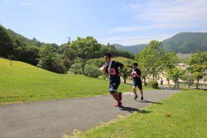NO.29が1走の岡村卓実(2)。起伏が多く、狭い2.6kmコースを1~3走は2周する。
